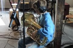 Auch ungewöhnliche Instrumente kommen zum Einsatz - alles, was die Kids mitbringen. +++ SONGRECORDING-WORKSHOP: EIN BEKANNTER SONG WIRD IM TONSTUDIO ERARBEITET UND IN PROFESSIONELLER MANIER AUFGENOMMEN.