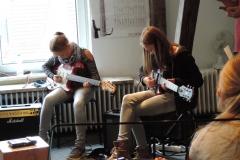 Auch Kids ohne Instrumental-Erfahrung können mitmachen, hier lernen sie erste Schritte auf der Gitarre. +++ SONGRECORDING-WORKSHOP: EIN BEKANNTER SONG WIRD IM TONSTUDIO ERARBEITET UND IN PROFESSIONELLER MANIER AUFGENOMMEN.